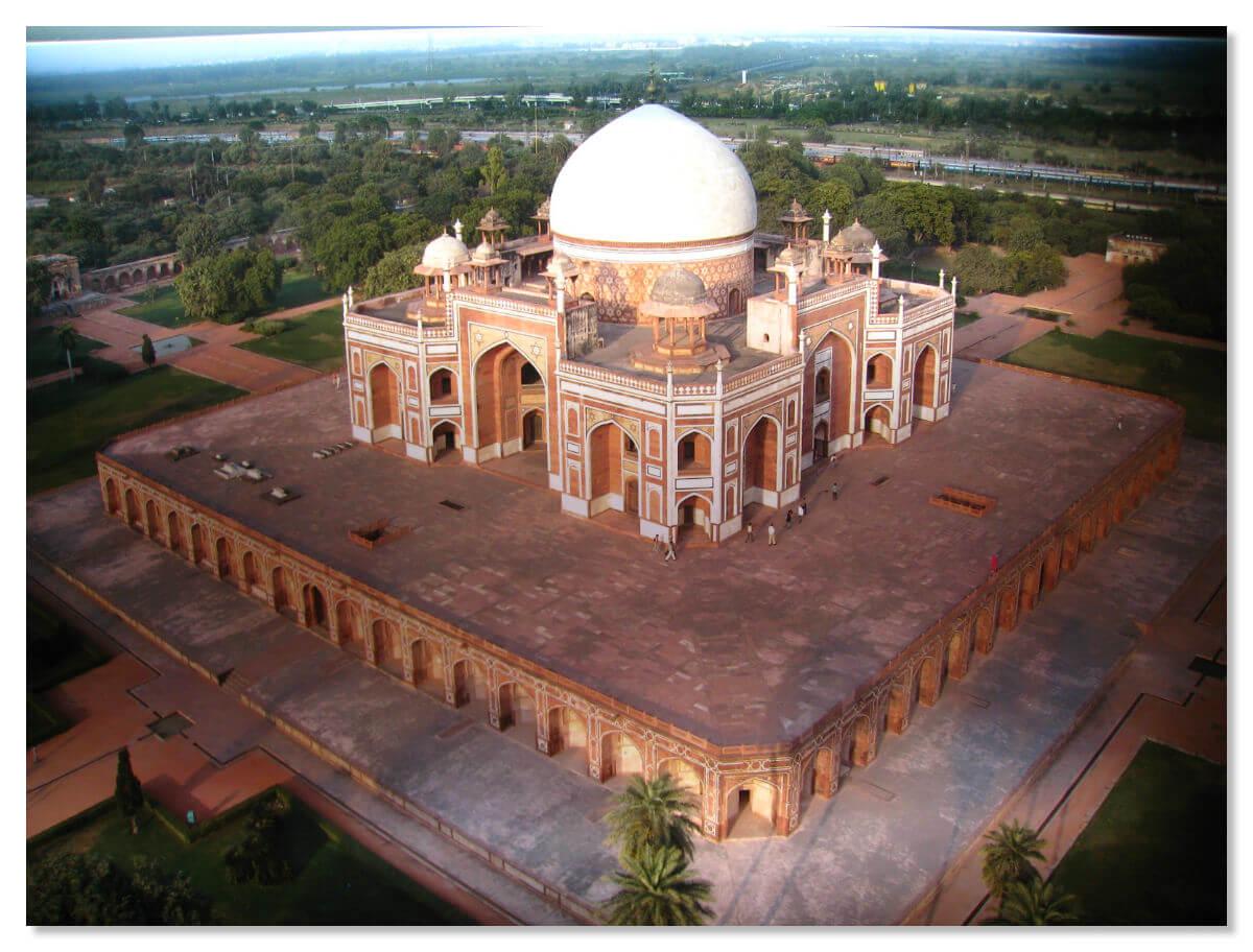 Сам мавзолей построен из красного песчаника, украшен чёрно-белой мраморной мозаикой и базируется на высоком, около семи метров, крепком основании
