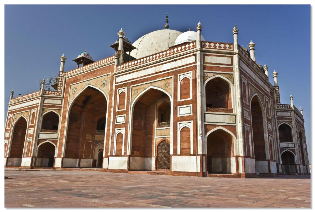 Вокруг всего сооружения расположены арки с большими зарешеченными окнами