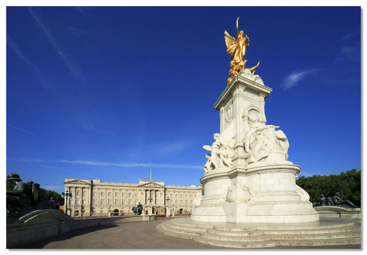 Дворец расположен напротив улицы Пэлл-Мэлл и Грин-парка с беломраморным с позолотой памятником королеве Виктории.