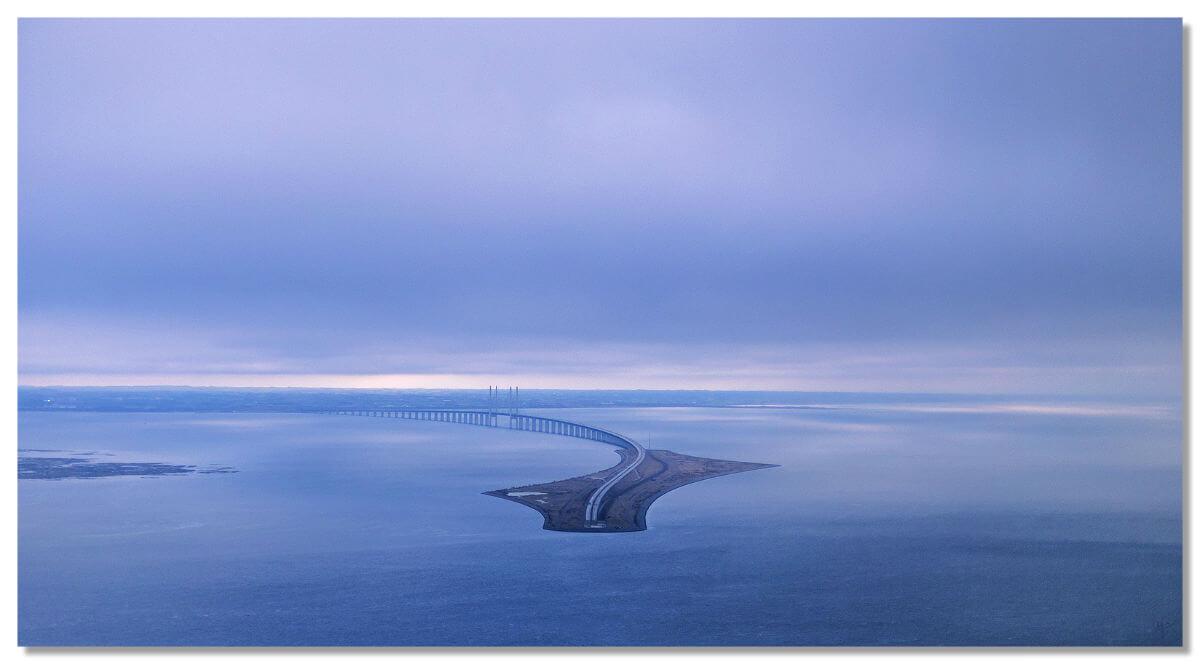 Мост соединяется с тоннелем на искусственном острове, названном Пеберхольм (Перец-остров).