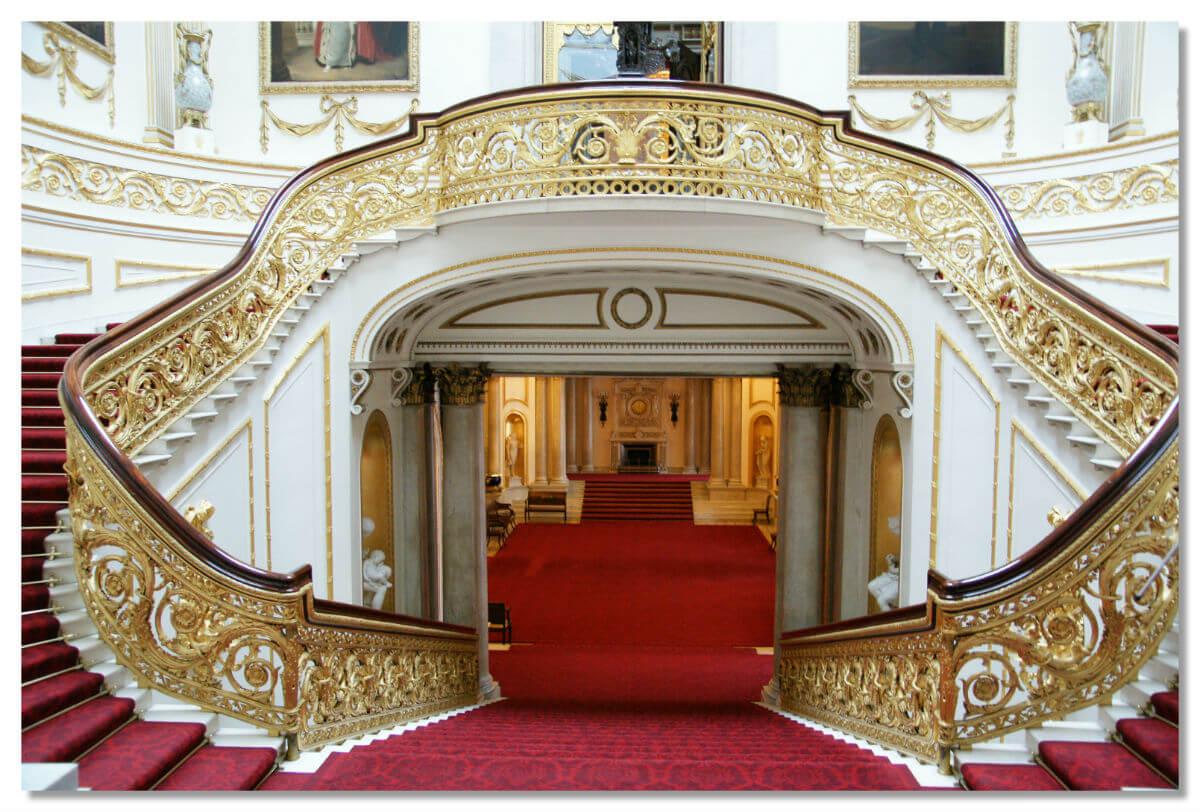 Парадная лестница Букингемского дворца