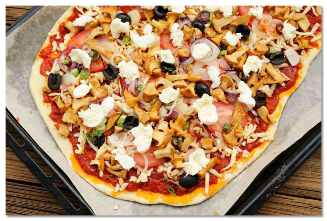 «Пицца Берлускони» - с копчёной олениной, лисичками и красным луком