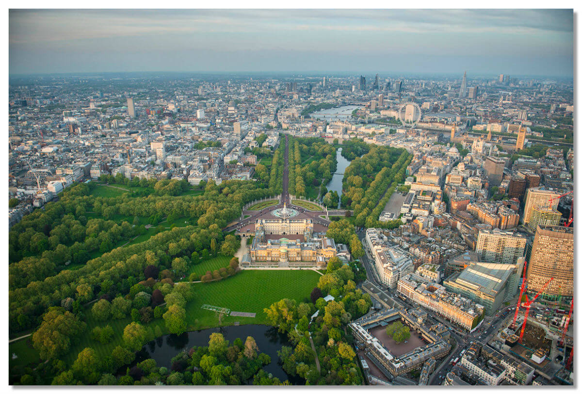 В настоящее время дворец включает в себя 775 комнат, занимает территорию 20 гектаров, из них 17 гектаров — сад.