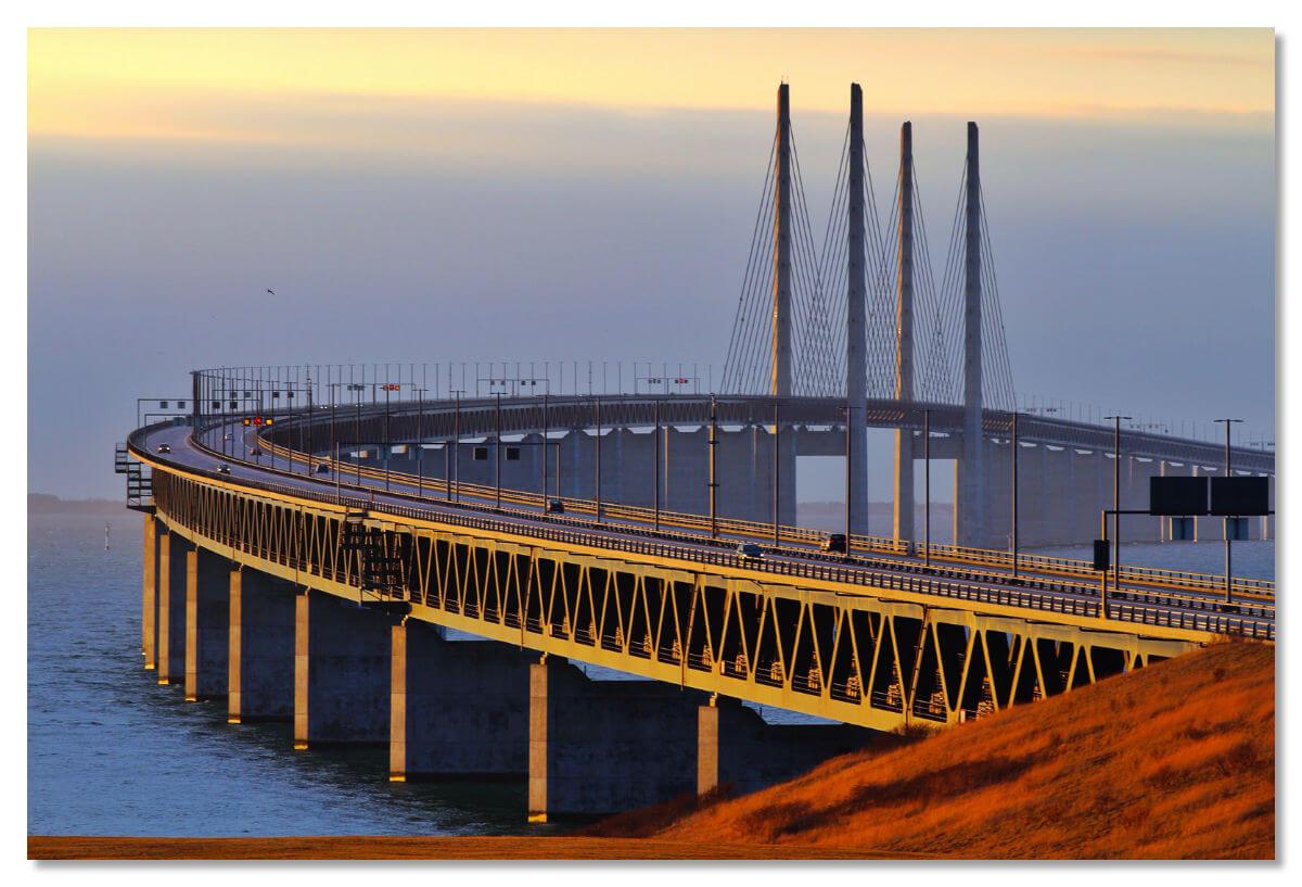 етом 2000 года берега Дании и Швеции были торжественно соединены необычной конструкцией — мостом-тоннелем, который получил название Öresundsbron (на шведском)