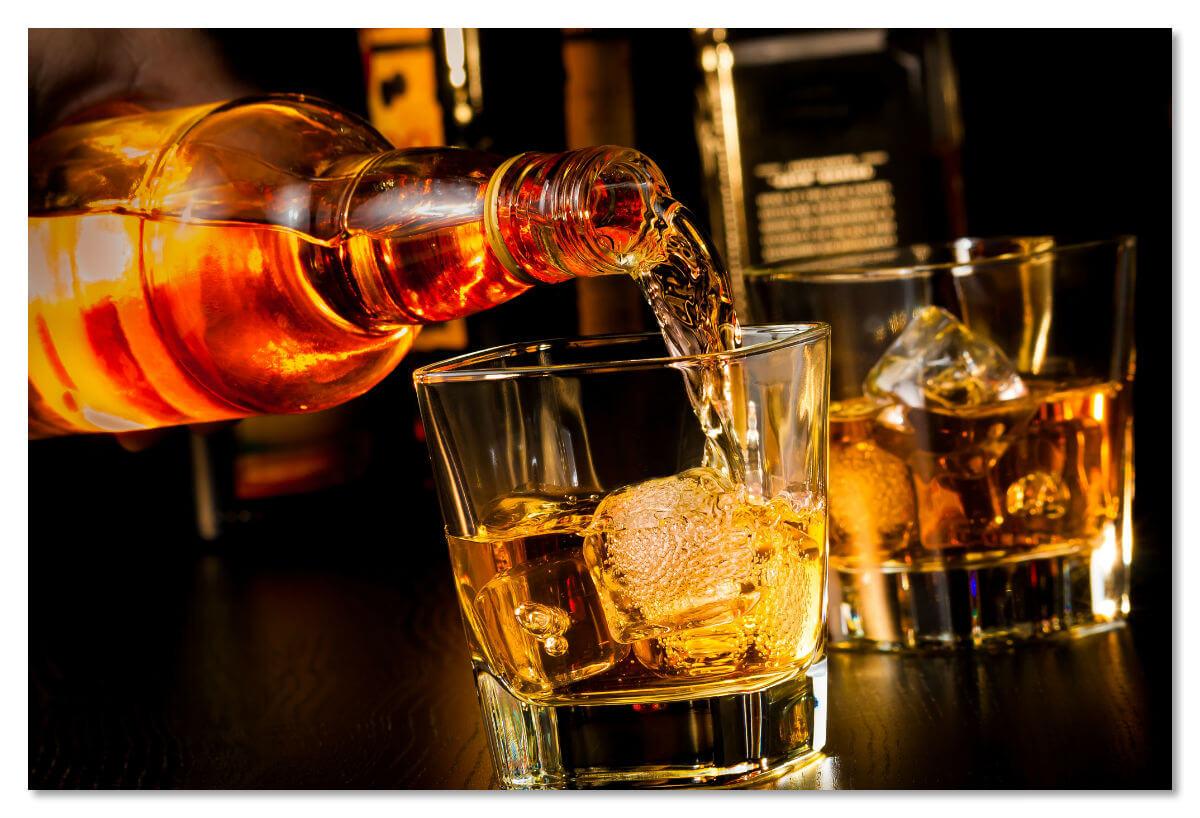 Если спиртное помогает вам успокоить нервы в полете, постарайтесь хотя бы обильно запивать его водой или соком.