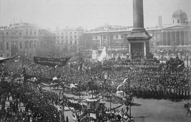 Королева Виктория едет через Трафальгарскую площадь во время ее празднования Золотого Юбилея