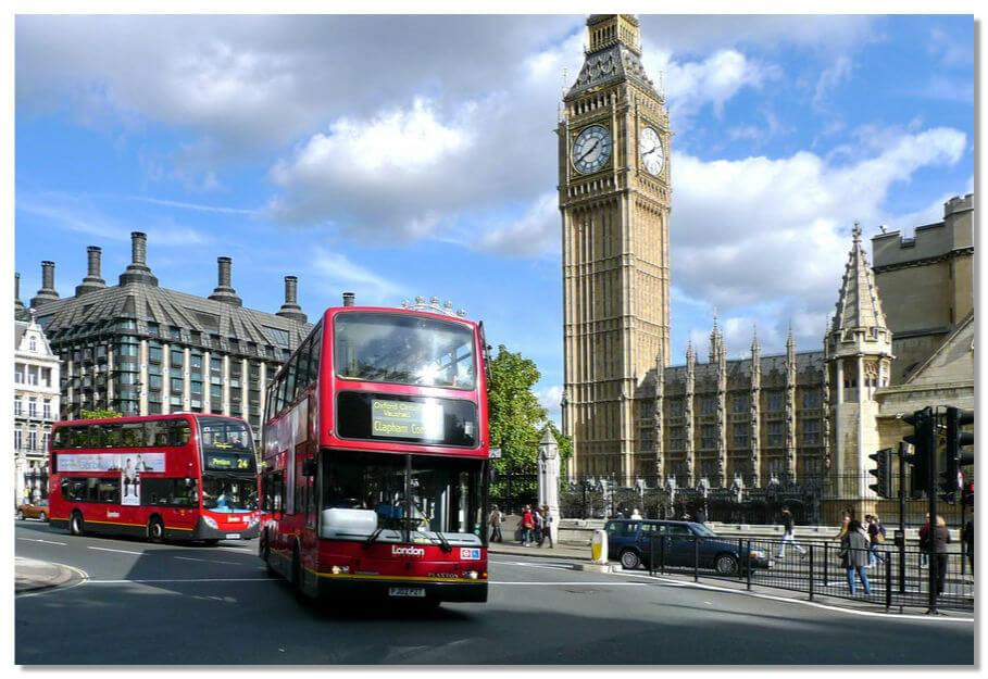 Добраться до Вестминстерского дворца можно на автобусе