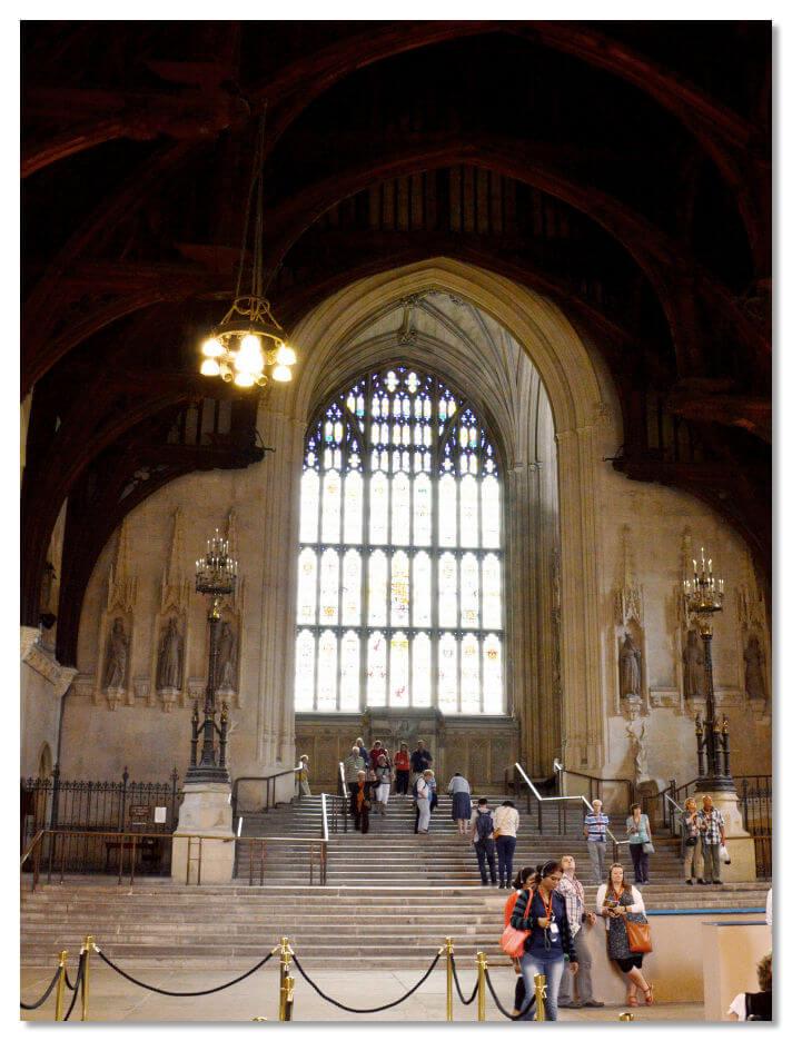 Вестминстер Холл — старейшей из сохранившихся частей дворца