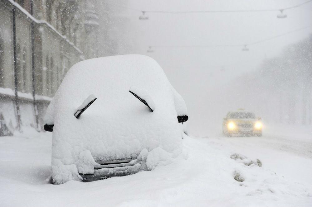 На страны Западной Европы обрушилась непогода в виде снегопадов, сильных ливней и ветров. Например, в горных районах Баварии слой снега уже достиг 25 см. Венгрия пострадала от бури: некоторые города и районы страны лишились электричества. Австрию накрыло не только снегопадом, но и резко понизилась температура воздуха. В некоторых местах до минус 5. И так в большинстве стран Европы. Апрельская непогода накрыла всю территорию вплоть до Балкан. Резкие перепады температуры привели к гололедице на дорогах (а ведь кто-то уже успел поменять резину на автомобилях), значительно увеличилось количество аварий. Страдают и растения: тюльпаны уже успели расцвести в первой половине апреля, теперь их накрыло циклоном.