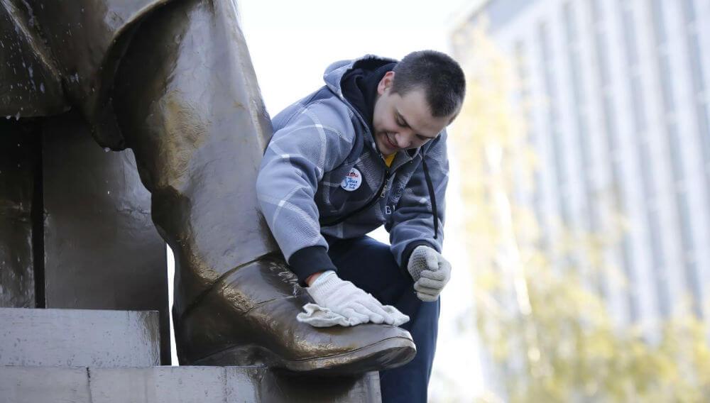 Добровольцев привлекают к помывке памятников