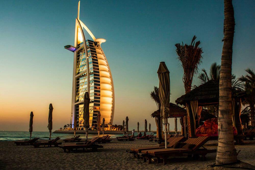 На пляжах Дубая установили световые маяки